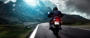 motocicleta cruzando carretera