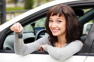 Adolescente en auto
