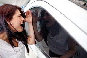 mujer con coche cerrado