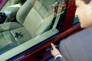 persona abriendo con llaves dentro del carro