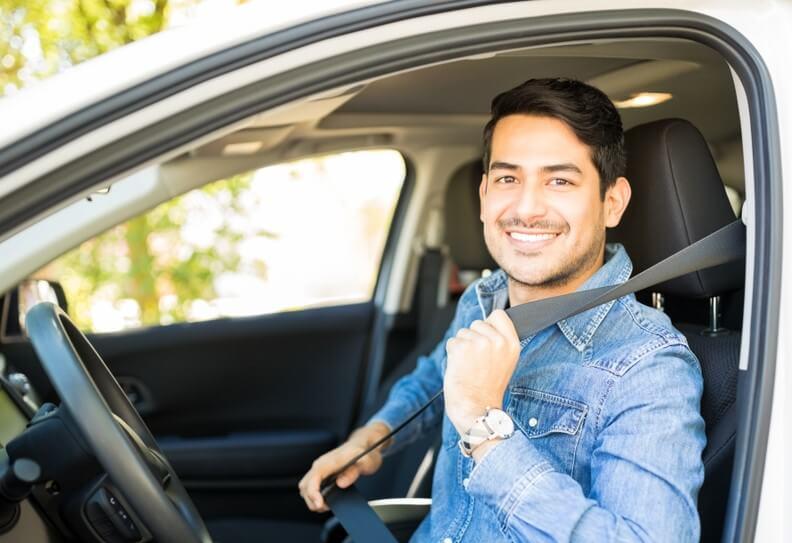 conductor poniéndose cinturón de seguridad