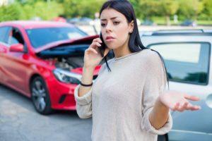 mujer llamando al seguro de no propietarios