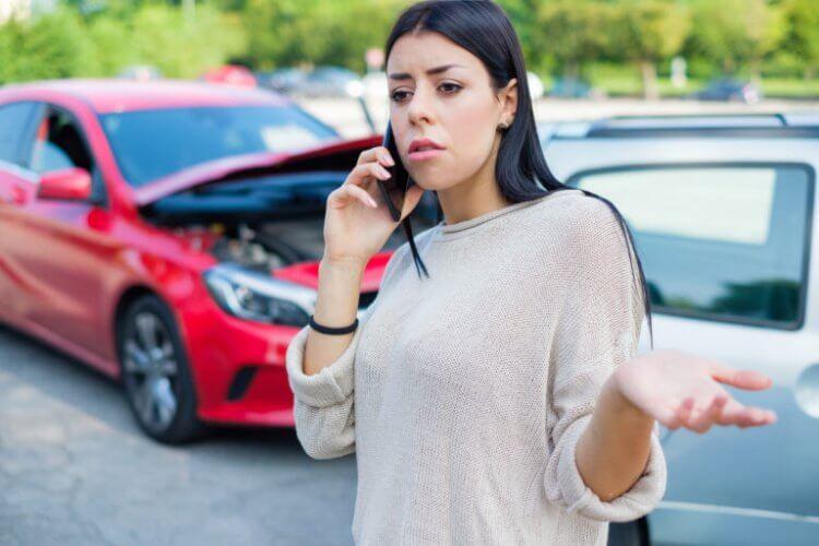 mujer llamando al seguro para no propietarios