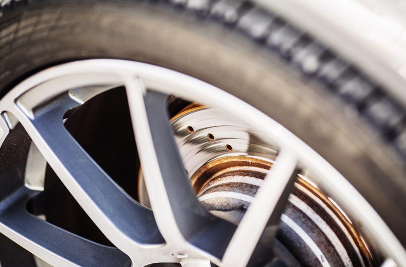 Al igual que con las pastillas de freno, la vida útil de los discos de freno variará de un vehículo a otro. A veces, tanto las almohadillas como los discos deberán cambiarse y reemplazarse al mismo tiempo, aunque generalmente los discos durarán más que las almohadillas. Los discos de freno delanteros eventualmente se volverán demasiado delgados, lo que podría resultar en sobrecalentamiento y pérdida de eficiencia. El espesor requerido de un disco de freno lo dicta el fabricante.