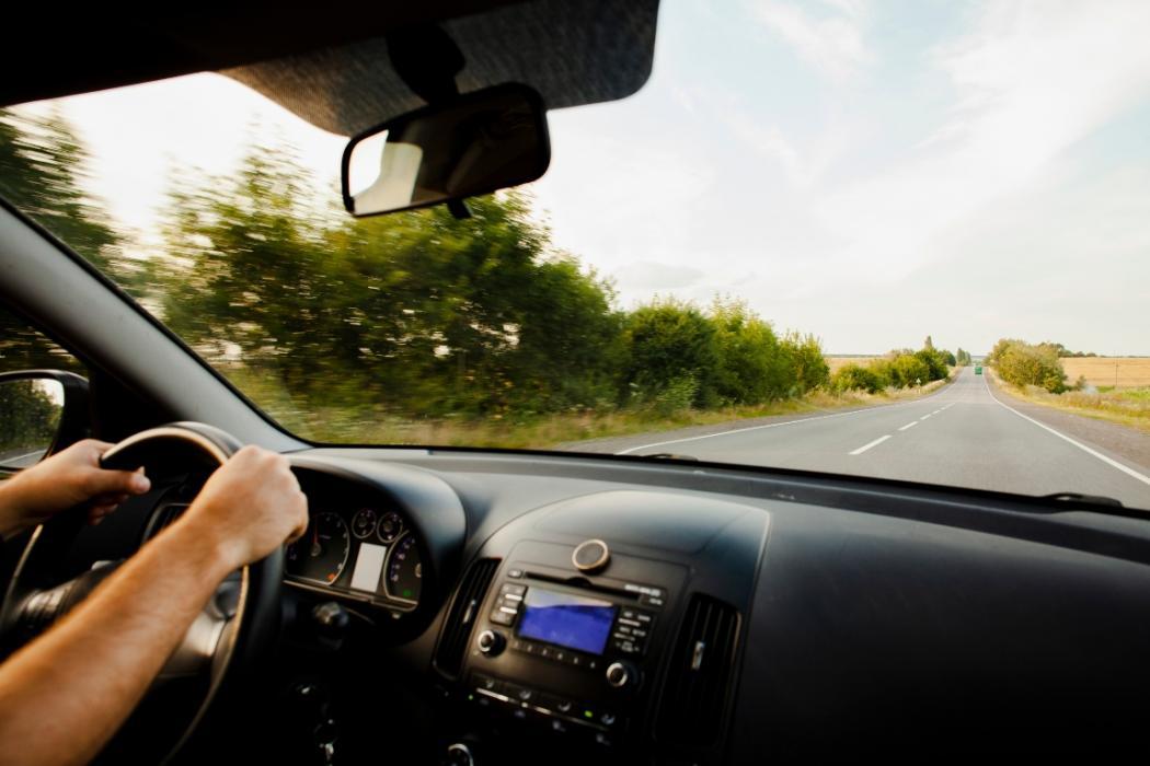 viaje en carro por carretera